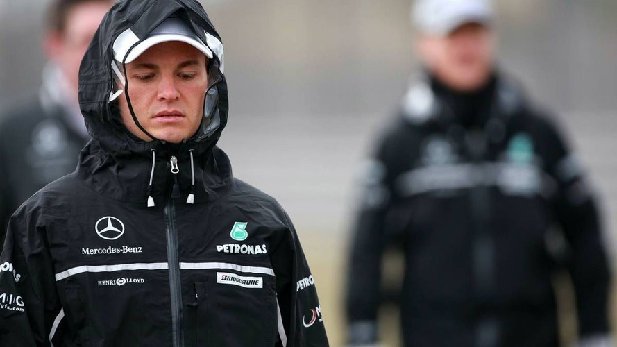 Drivers rug up at cold Shanghai