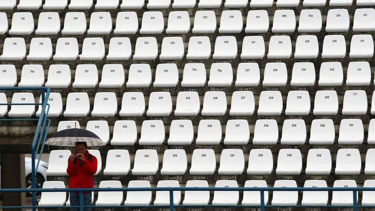 single fan with umbrella in stands, Formula 1 Testing, 12.02.2010, Jerez, Spain