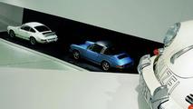 The exhibition: the Porsche 911 Carrera RS 2.7 Coupé, 1973 (white) and the Porsche 911 S 2.2 Targa, 1970 (blue)