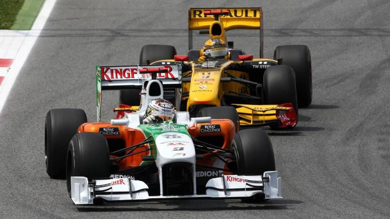 Adrian Sutil (GER), Force India F1 Team, VJM-02 leads Robert Kubica (POL), Renault F1 Team, R30, Spanish Grand Prix, 09.05.2010 Barcelona, Spain