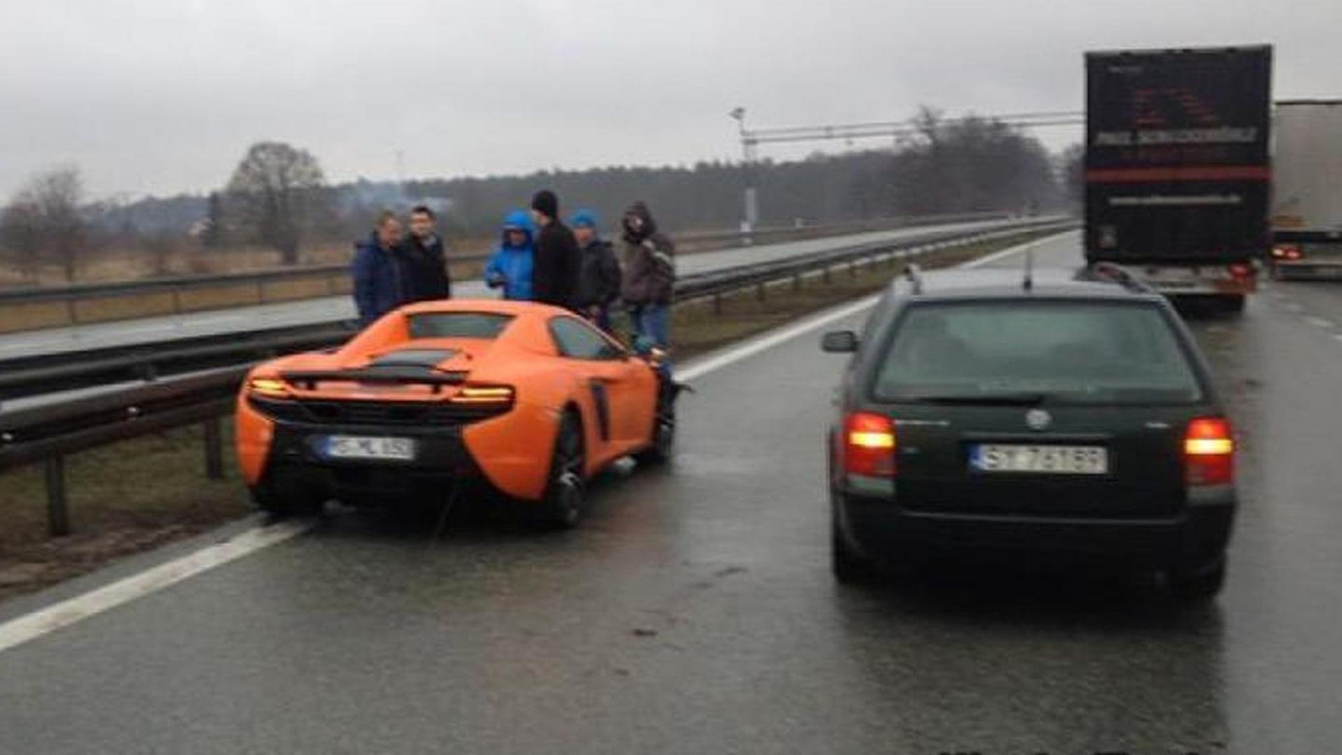 McLaren 650S crashes on a rainy highway [video]