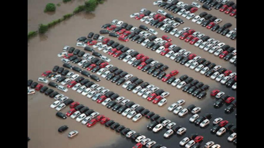 Forte chuva alaga pátio de carros novos da Ford - KAs 0km foram atingidos