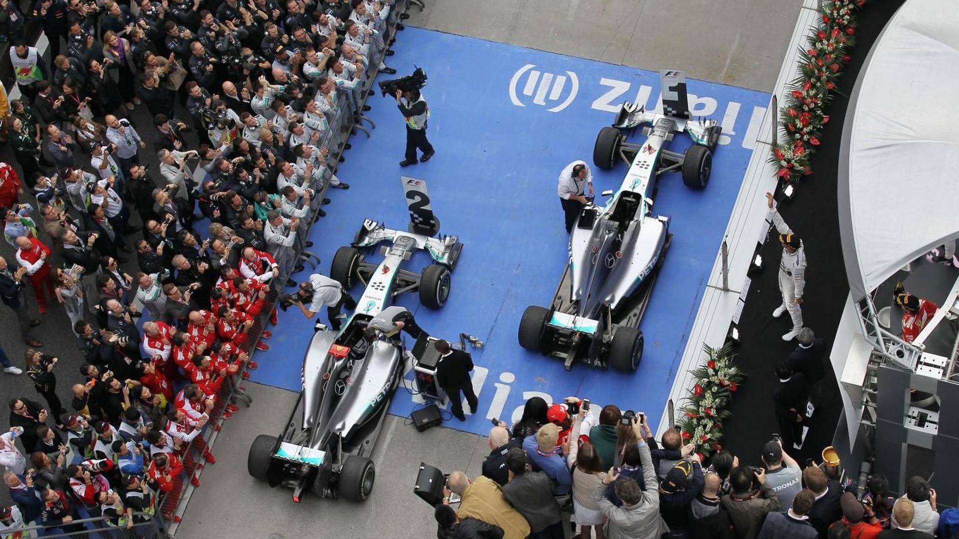 Hamilton tries 'mind games' on teammates - Button
