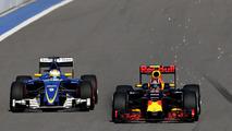 Marcus Ericsson, Sauber C35 and Daniil Kvyat, Red Bull Racing RB12