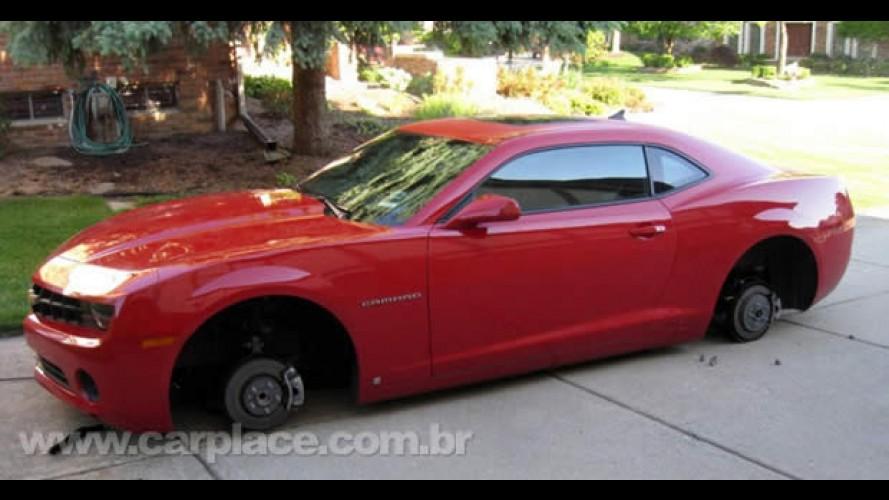 Lá também acontece: Novo Camaro fica literalmente no chão após ter rodas roubadas