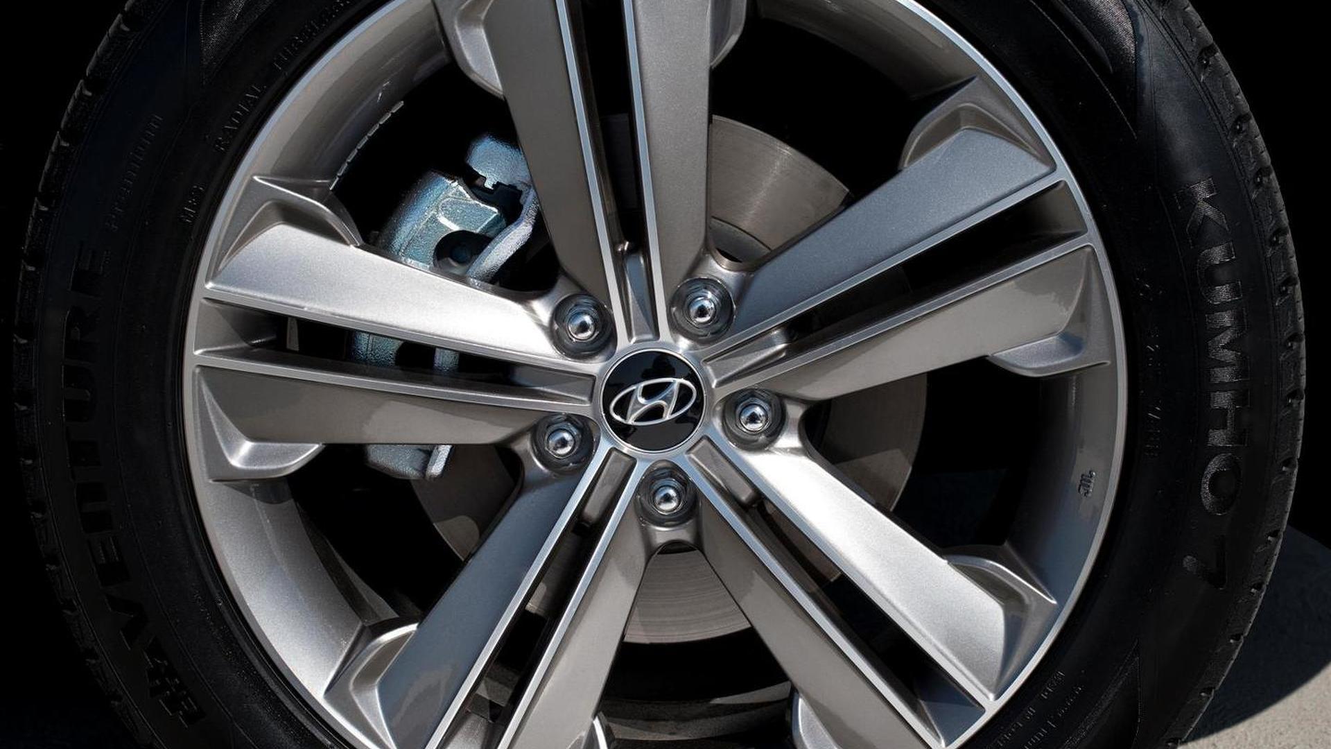 2013 Hyundai Santa Fe with three-row seating makes L.A. debut [video]