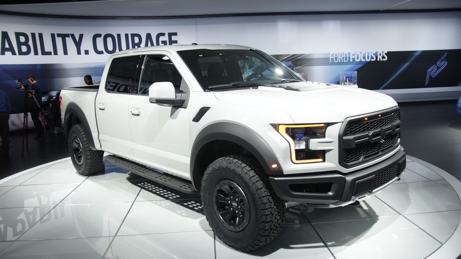 2017 ford f 150 raptor supercrew looks lean and mean in detroit. Black Bedroom Furniture Sets. Home Design Ideas
