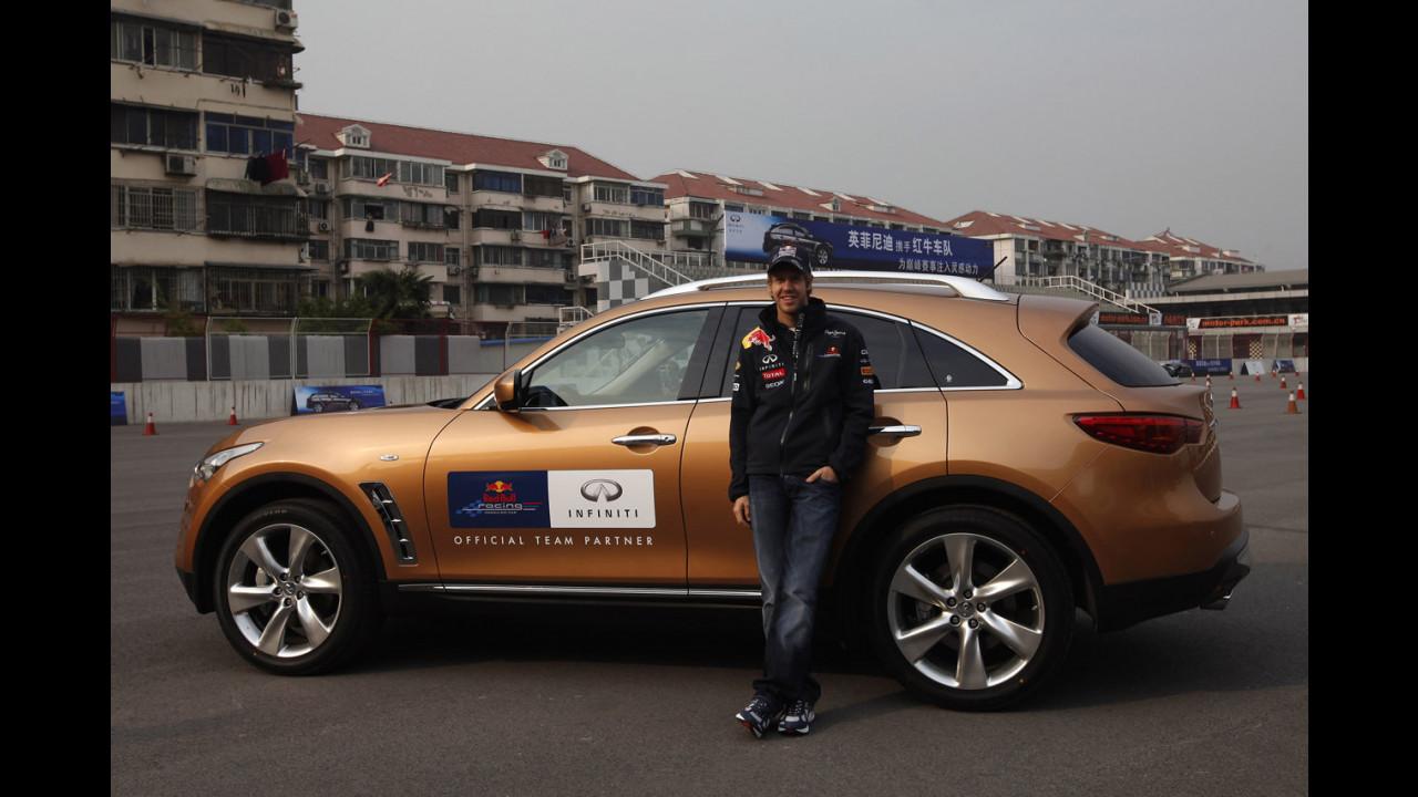 Sebastian Vettel prova le Infiniti al GP di Cina 2011
