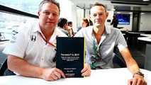 Zak Brown, président de Motorsport Network, et Charles Bradley, rédacteur en chef, avec les résultats du Sondage Mondial des Fans de Formule 1 2017