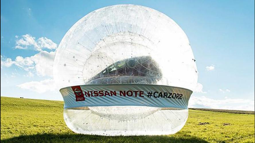 Nissan Note, rotolando in una maxi sfera [VIDEO]