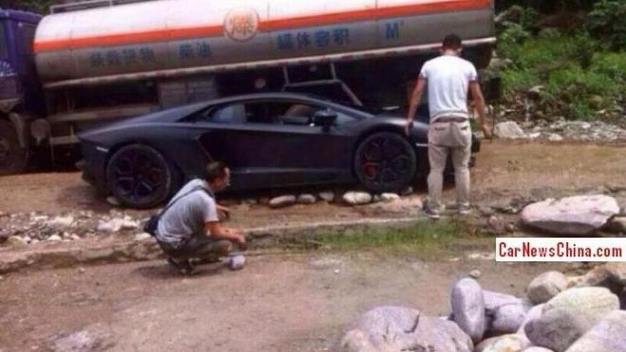 Lamborghini Aventador driver gets stuck on rocky road