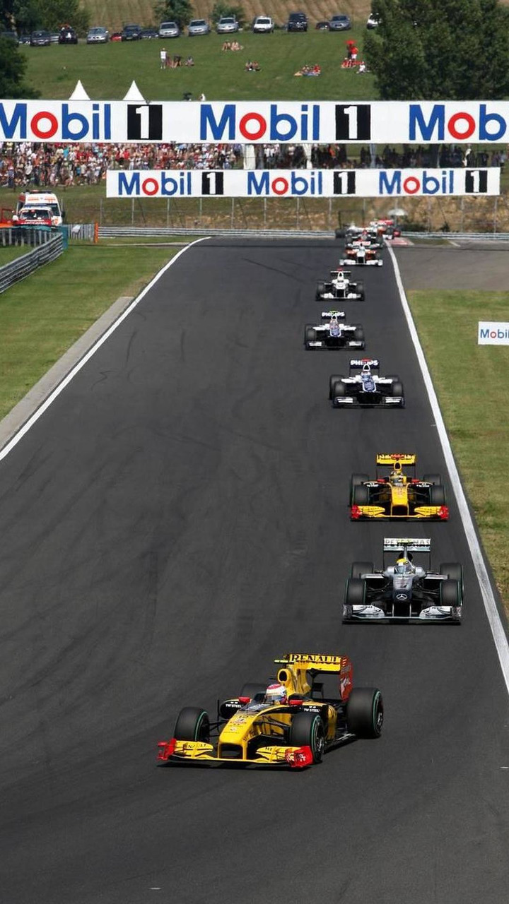 Vitaly Petrov (RUS0, Renault F1 Team, R30 leads Nico Rosberg (GER), Mercedes GP Petronas, Hungarian Grand Prix, 01.08.2010 Budapest, Hungary