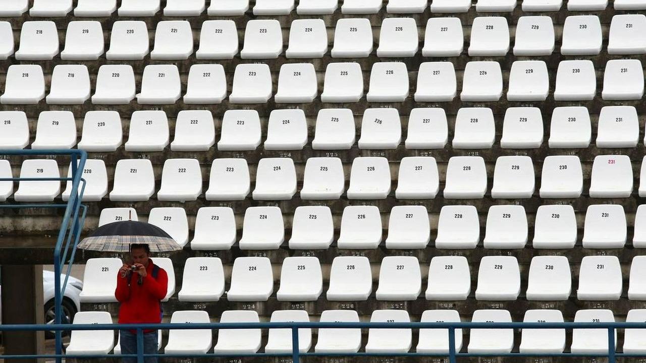 single fan with umbrella in stands, Formula 1 Testing, 12.02.2010, Jerez, Spain
