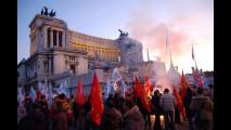 Crisi dell'auto: gli operai davanti Palazzo Chigi