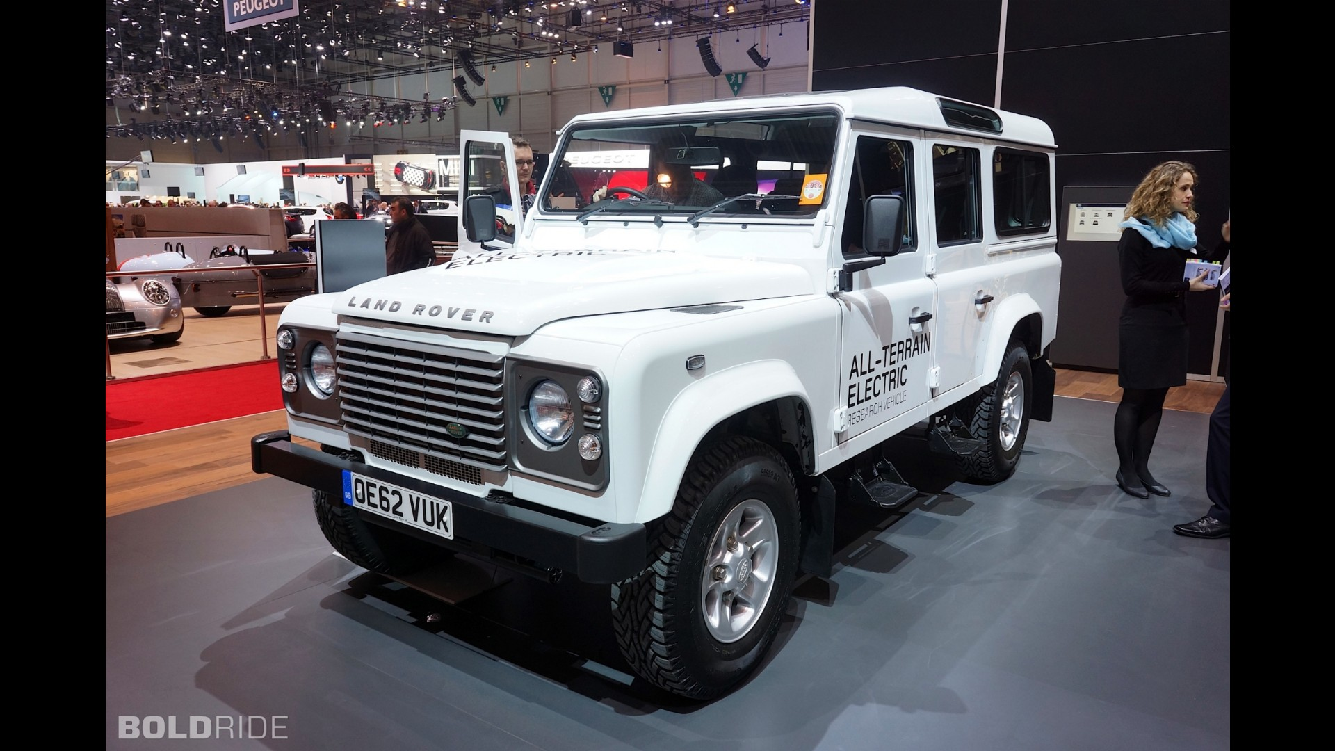 https://icdn-4.motor1.com/images/mgl/A0NjL/s1/land-rover-defender-electric-research-vehicle.jpg