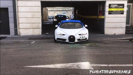 VIDÉO - Des Chiron heurtent le sol à la sortie d'un parking
