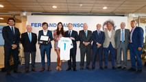 Fernando Alonso posa con su novia Linda Morselli, con Raúl González Blanco, Florentino Pérez y la directiva del Real Madrid