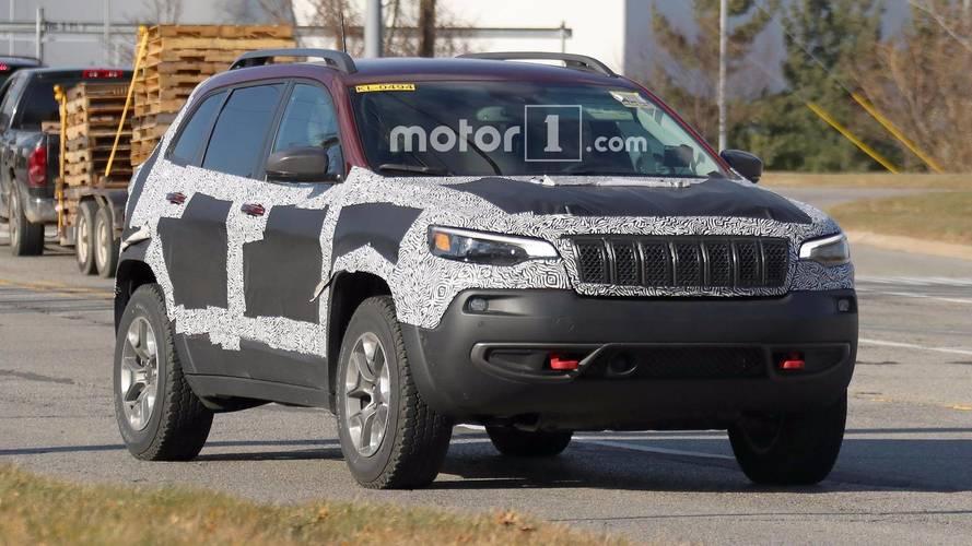 Flagra - Novo Jeep Cherokee 2019 perde camuflagem e confirma faróis unificados