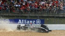 Kimi Raikkonen crashes in the last lap