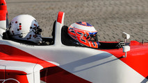 Jenson Button, McLaren lleva de pasajera a  Naomi Campbell en el coche de 2 asientos