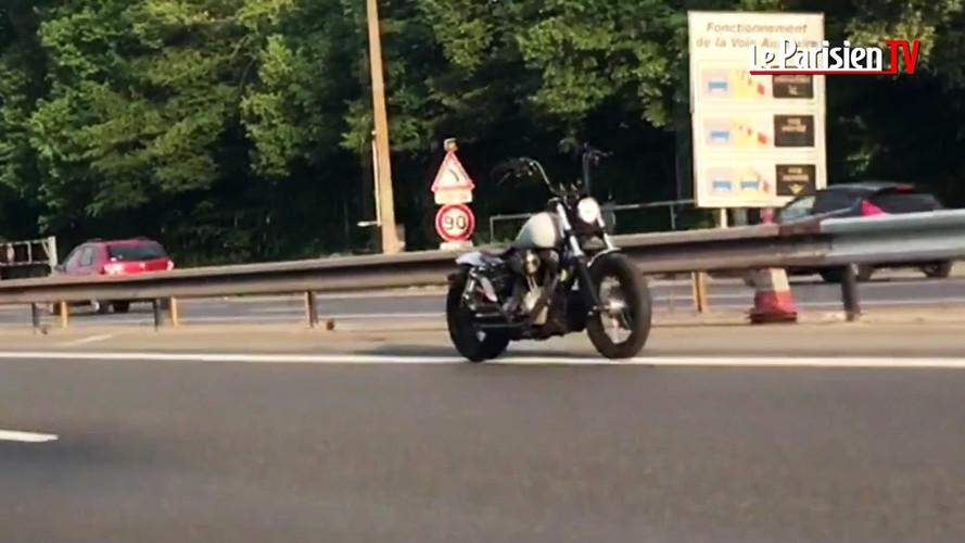 VIDÉO - La moto qui roulait toute seule sur l'autoroute