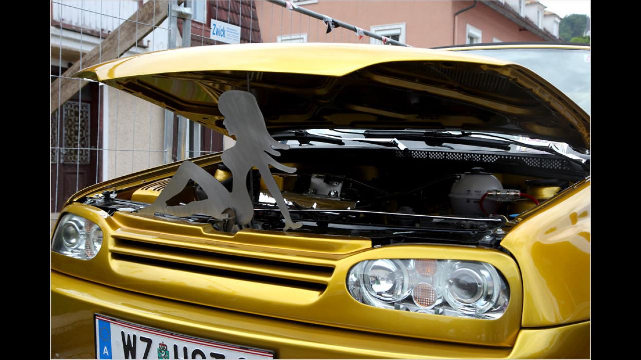 Hier wird die Motorhaube nicht einfach nur von einer simplen Stange offen gehalten.