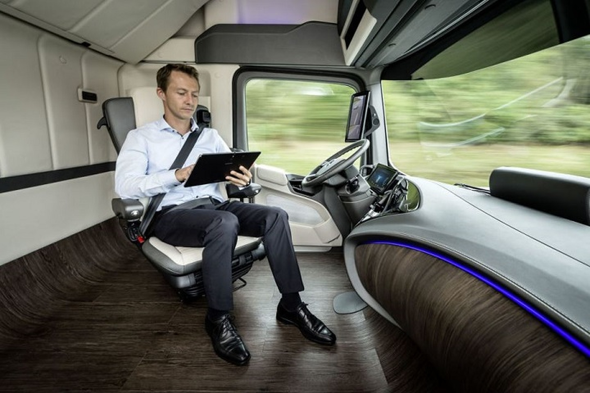Mercedes-Benz Shows Self-Driving Future Truck 2025 [w/Video]