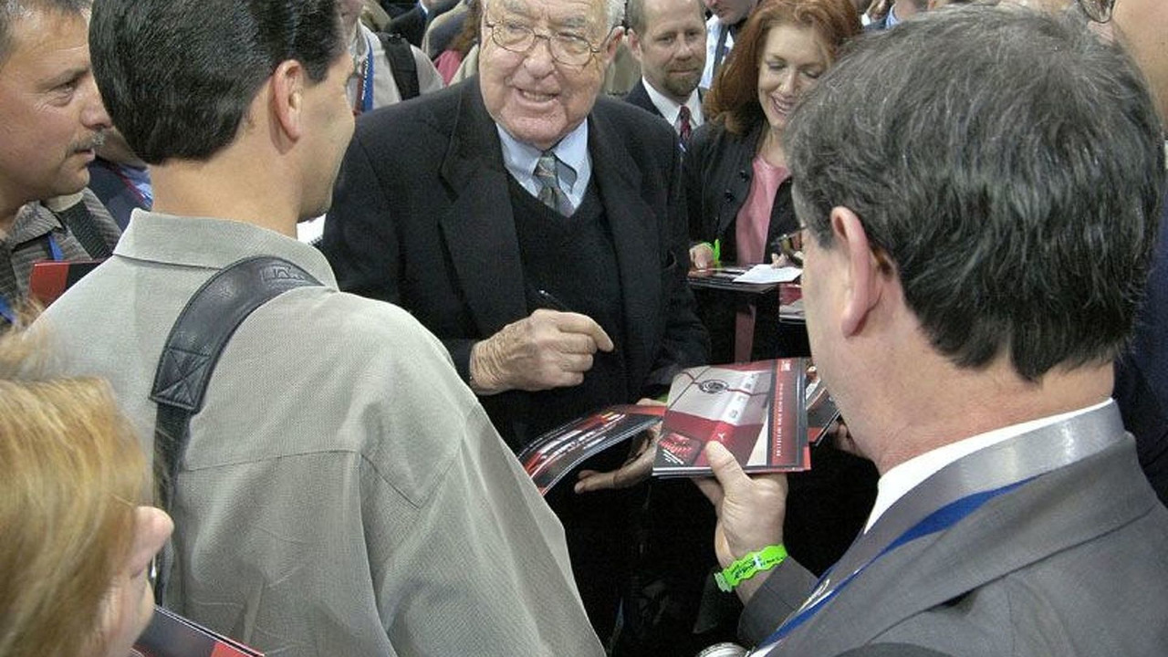 Carrol Shelby signing autographs at NYIAS