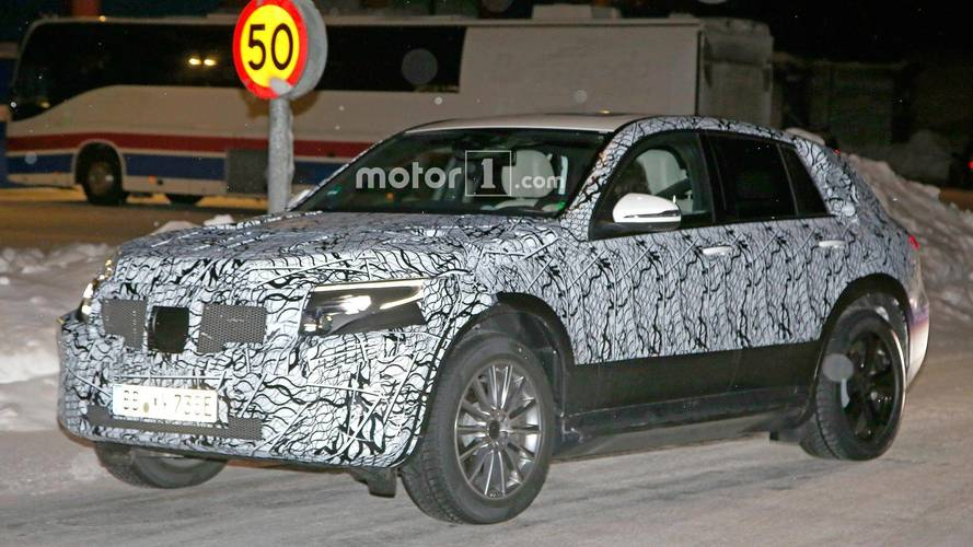 Mercedes, EQ C EV crossover modelini karda test ediyor