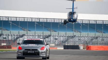 Vídeo - Piloto comanda Nissan GT-R de verdade por controle de videogame!
