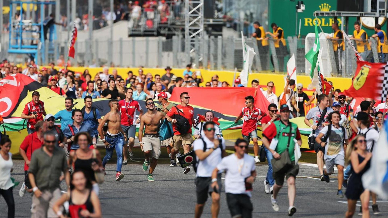Fans invade the circuit after the end of the race, 07.09.2014, Italian Grand Prix, Monza / XPB
