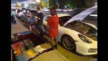 Dono de Porsche Cayman vende lenços na China para pagar gasolina