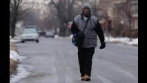 Operário que caminha 33 km por dia ganha Ford Taurus 2015 de presente