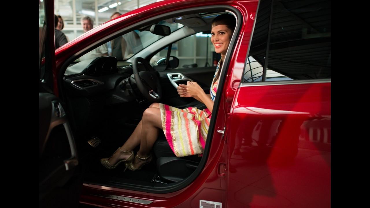 Dama de vermelho: Miss França ganha Peugeot 2008 de presente