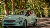Dobó Kata és a pasztell menta Ford Fiesta