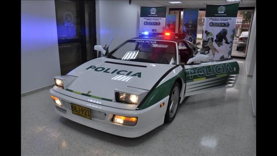 Polícia da Colômbia exibe Ferrari confiscada do tráfico e transformada em viatura
