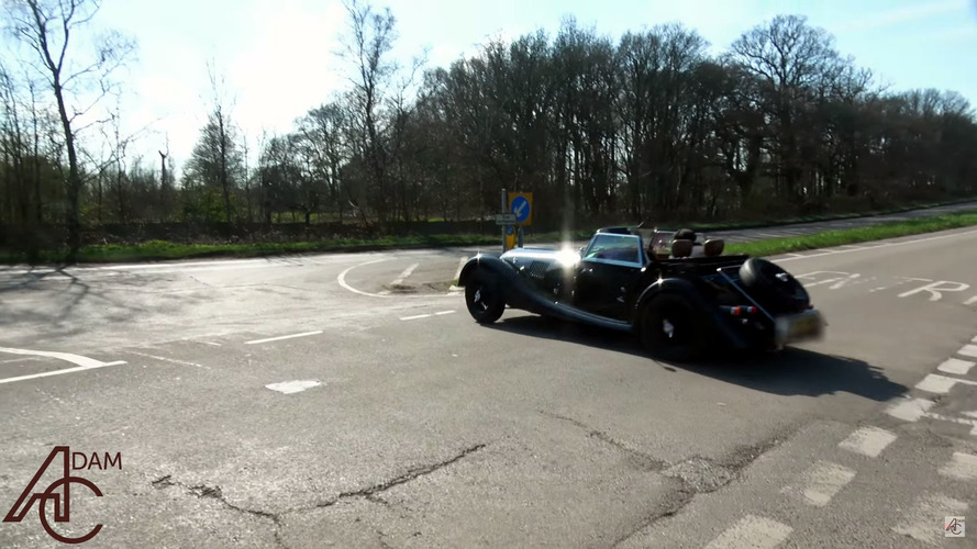 Morgan 4/4 contre Peugeot 206