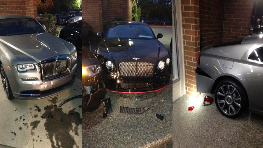 Félmillió dolláros kárt okozott egy zavart elméjű férfi egy autókereskedésben