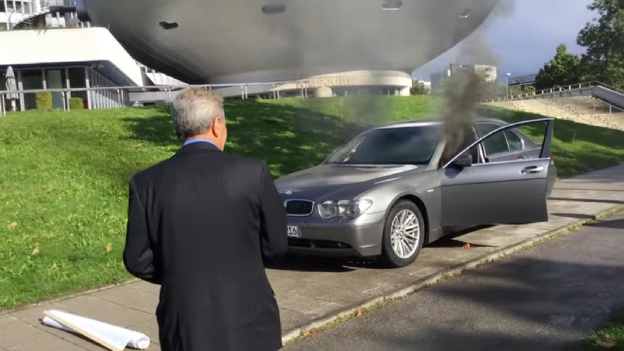 A BMW müncheni központja előtt gyújtotta fel autóját egy elégedetlen ügyfél