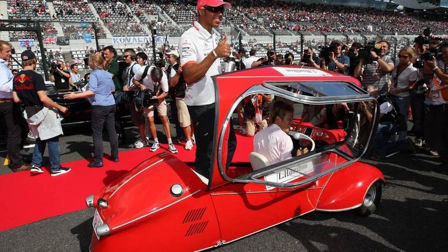 'Bubble car' embarrasses Hamilton in drivers parade