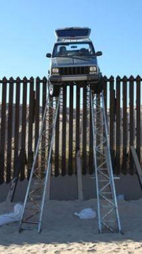 Smugglers in a Jeep Cherokee stuck on border fence [video]