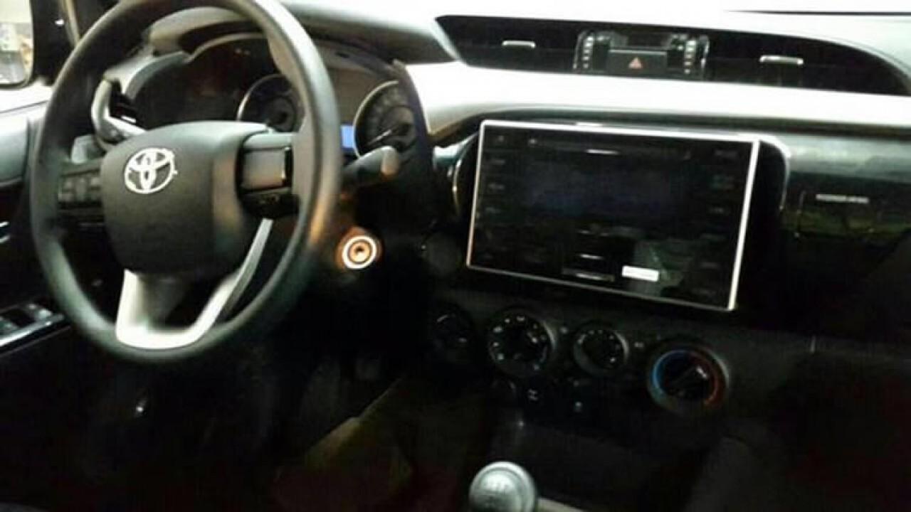 Segredo: flagra da nova Toyota Hilux mostra painel com enorme tela