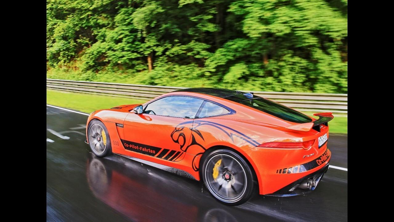 """Jaguar leva clientes para """"passeio"""" de F-Type a 321 km/h em Nürburgring"""