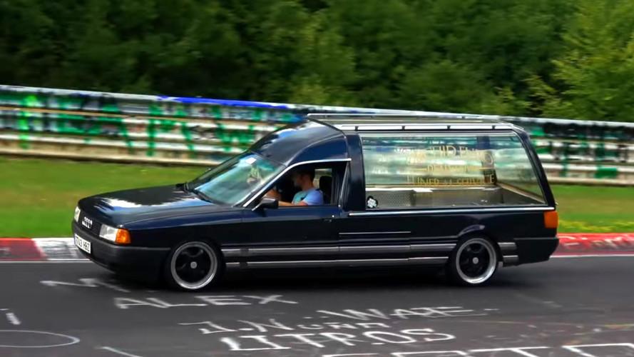 Hol van az kitáblázva, hogy egy halottaskocsi nem csapathatja a Zöld pokolban?