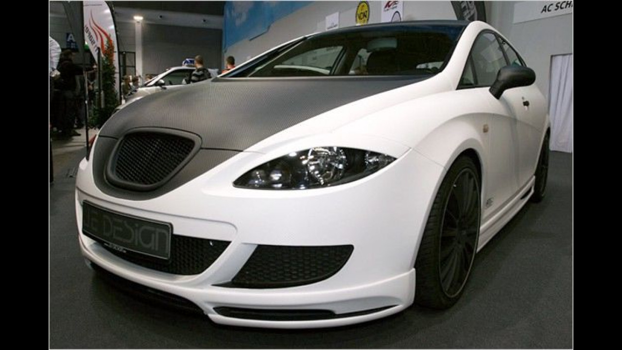 Karbon zum Aufkleben: Der Seat Leon von JE Design ist komplett mit weißer und schwarzer Karbonfolie beklebt