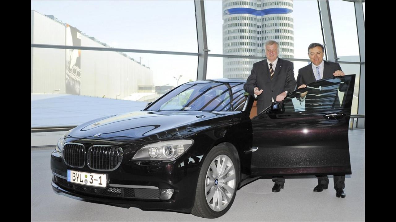 Der bayerische Ministerpräsident Horst Seehofer (links) nahm 2009 seine neue Staatskarosse, einen BMW 750Li, aus den Händen von BMW-Chef Norbert Reithofer in Empfang.