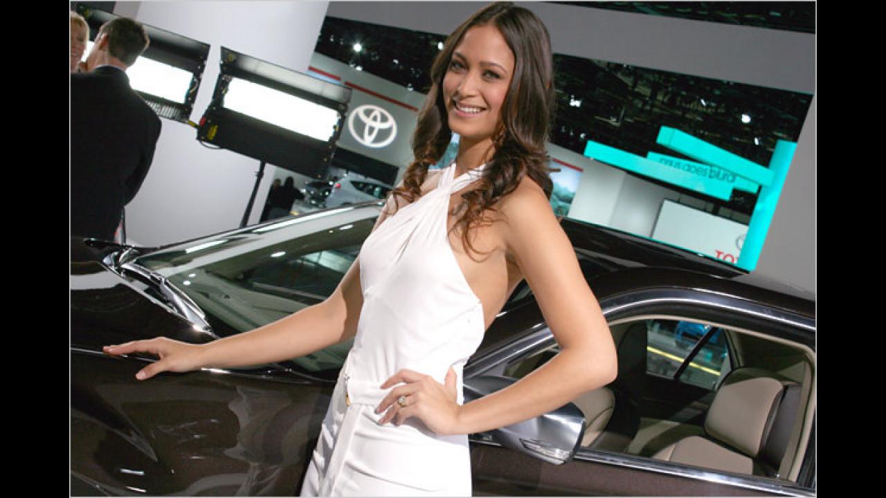 Ja, dieses Auto scheint der Lady wirklich zu gefallen