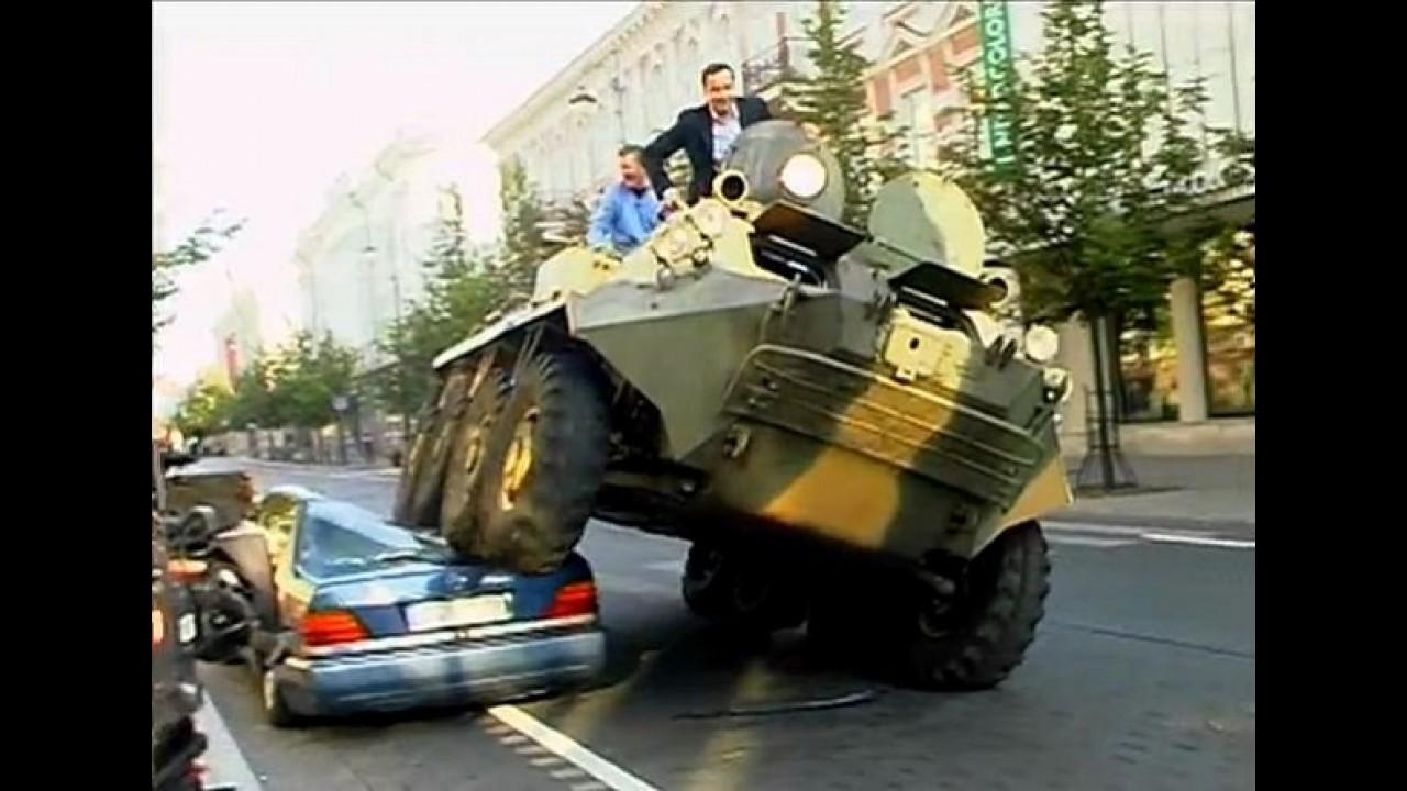 """VÍDEO: Carro estacionado irregularmente vira """"sanduíche"""" na Lituânia"""
