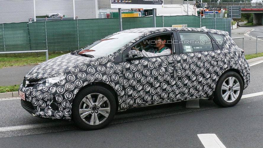 Toyota Auris Cross spied up close