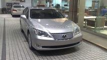 2010 Lexus ES 350 facelift spied in Japanese dealership